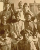 Girls' class taught by Prof. Margarete Junge at the Kunstgewerbeschule Dresden, 1911. Archive of the Academy of Fine Arts Dresden.
