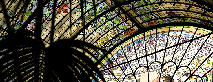 Stained-glass barrel vault that roofs the Winter Garden and <i>Morning</i> window  (© Koen Broos)